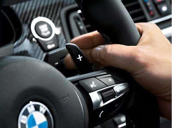 安装了方向盘换挡拨片的,都是手自一体的自动挡汽车,这个方向盘换挡就是不用经过变速箱的选档杆,直接通过换挡拨片来实现换挡,看起来很方便,但实际上并不普及,主要在跑车以及轿跑中应用,因为方向盘换挡更加便捷。