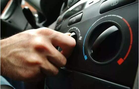 发动机启停技术其实就是一套能够自动控制发动机熄火、点火的系统,目的就是在短暂停车的时候,发动机自动休眠,以达到节油减排的目的,主要适用与城市交通中等待红绿灯、拥堵或接送人停车的时候。不过发动机休眠并不代表其他功能都被停止,电源取代皮带轮为发动机冷却风扇、车内空调提供运转动力。  其工作原理,是当驾驶员踩下制动踏板,停车摘挡的时候,Start/Stop系统就会自动检测:发动机空转且没有挂挡;防锁定系统的车轮转速传感器显示为零;电子电池传感器显示有足够的能量进行下一次启动。满足这三个条件的时候,发动机