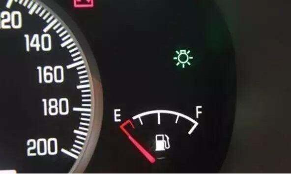 怎么看油表盘_车油表怎么看,通过指针和刻度来看当前油量—SUV排行榜网
