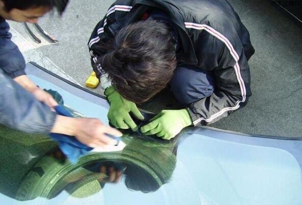 更换汽车挡风玻璃多少钱,4s店与玻璃专营店相差上千元