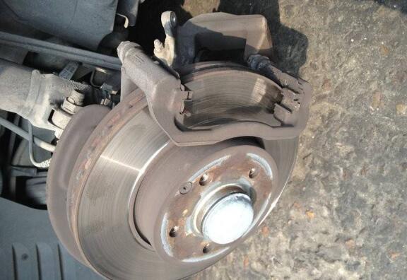 刹车片异响怎么办 什么原因导致刹车片异响