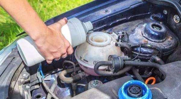 刹车油泵漏油怎么办 刹车油泵漏油有哪些表现