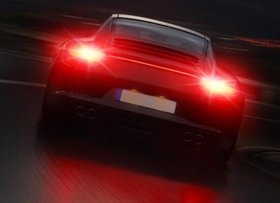 汽车刹车灯在哪个位置,车尾两侧尾灯以及正上方各一个