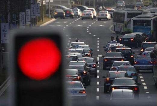 等红灯时挂n档还是p档,等30秒以上的红灯建议挂n档