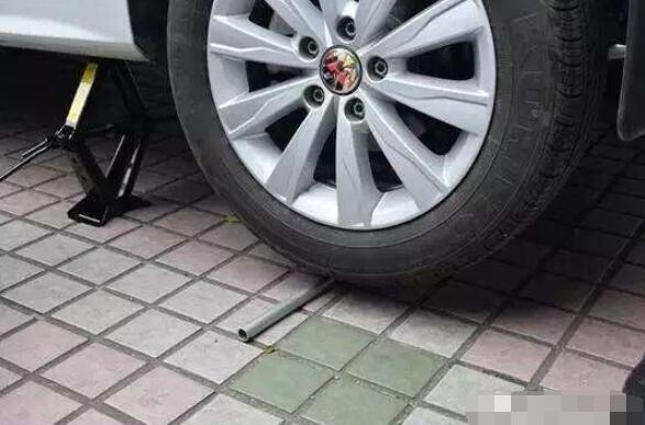 汽车备胎怎么换,更换备胎的步骤详解让你一学就会