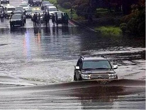 新手雨季开车技巧详解,小白看了也能够轻松应对