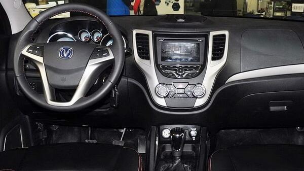 英致G3和长安CS35哪个好 英致G3自动驻车配置很丰富