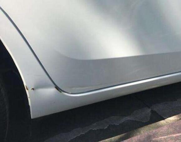 汽车侧裙凹陷修复方法,只能做钣金修复或直接更换
