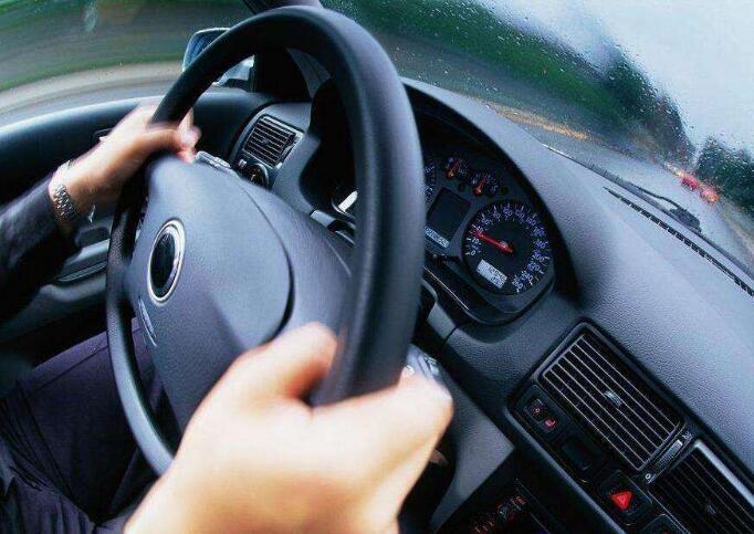 开车时方向盘突然锁死 行驶中方向盘抱死怎么办