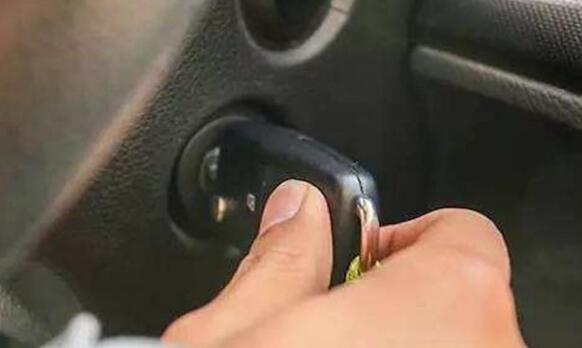 方向盘锁死了怎么打开 方向盘锁死打开小技巧