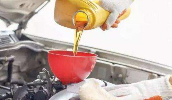 奥迪R8多久换一次机油 奥迪R8加多少升机油