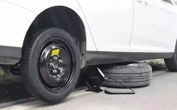 为了防止汽车侧身变形 汽车千斤顶顶在车的什么位置
