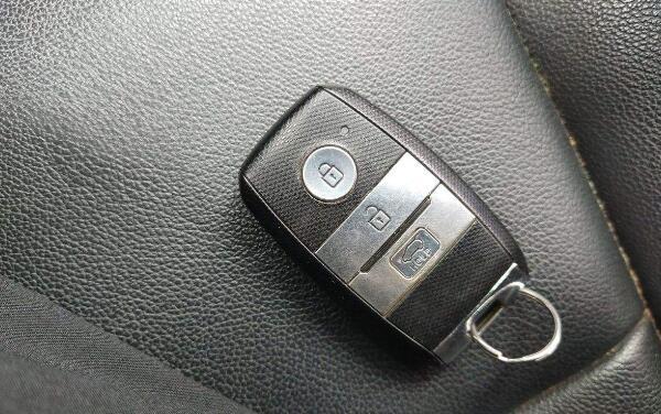 汽车的遥控钥匙寿命有限 起亚kx5钥匙怎么打开换电池