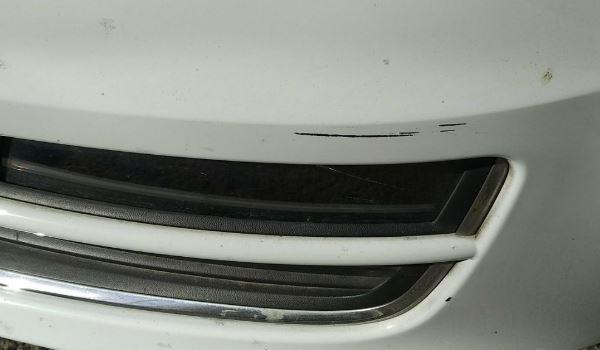 白色车蹭出黑色底漆算严重吗