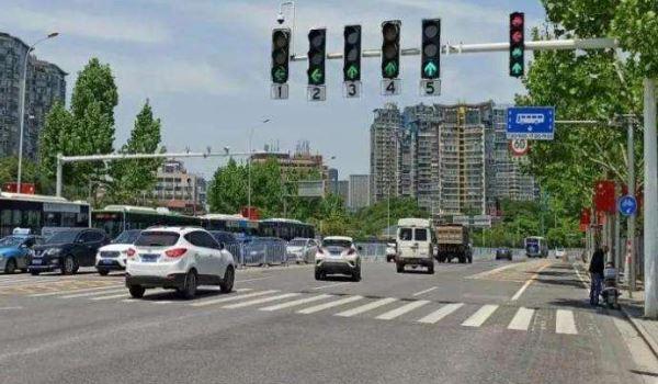 左转弯转到一半变红灯