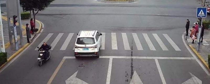 红灯压线后倒一点点扣分