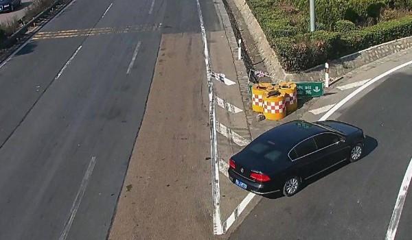 驾驶机动车在高速公路上行驶,遇低能见度 车辆至少要保持100米的安全距离