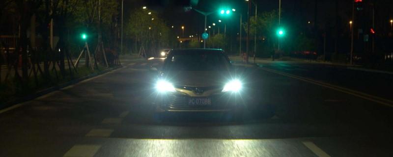 夜间会车时距对向来车150米以内应使用近光灯的原因是什么