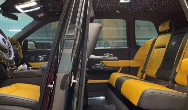 劳斯莱斯suv 库里南搭载12缸双涡轮增压发动机(车身长达5341mm)